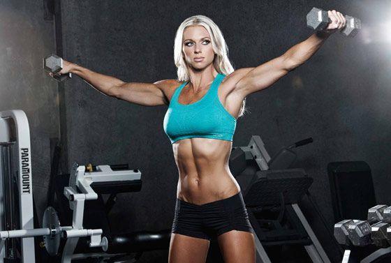 Une femme muscle fait de la gym toute nue VIDEO