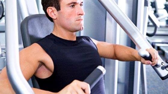 Musculation des pectoraux d velopp la machine convergente - Jeune intermittent musculation ...